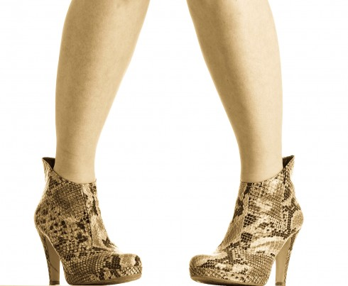 Zwei High Heels Füße